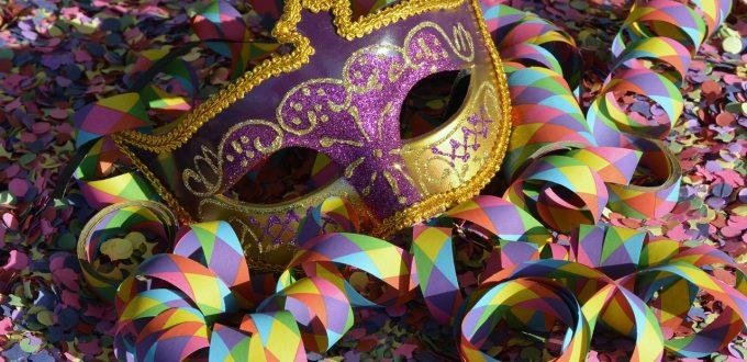 Mascara de carnaval y confeti